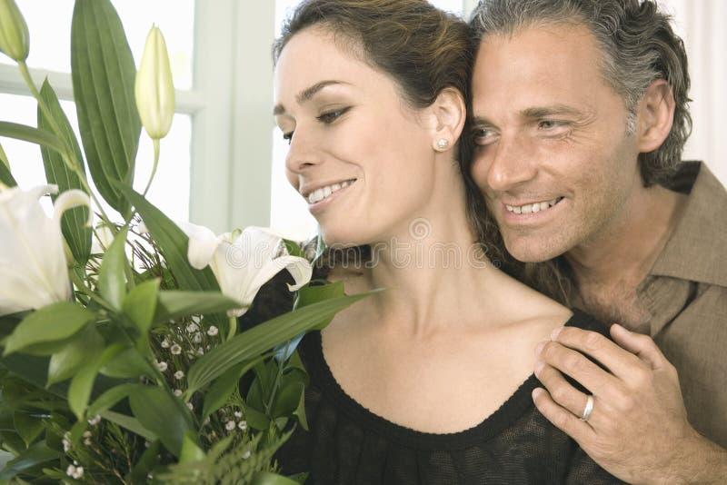 Homem que dá flores à mulher. imagens de stock