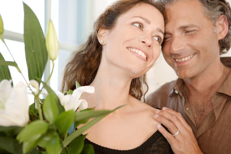 Homem que dá flores à mulher. imagens de stock royalty free