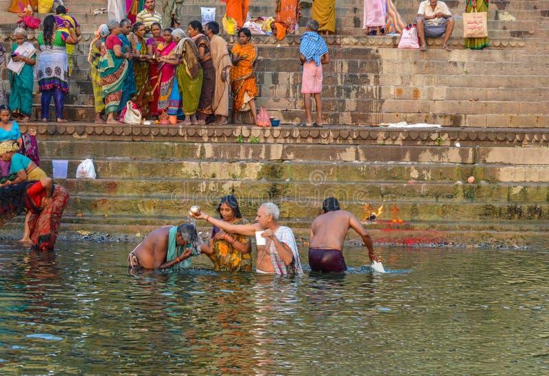 Homem que dá a manhã Puja Blessing Ganges River imagens de stock