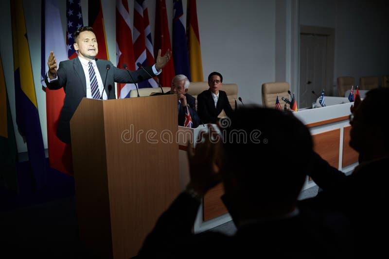 Homem que dá o discurso na cimeira fotos de stock