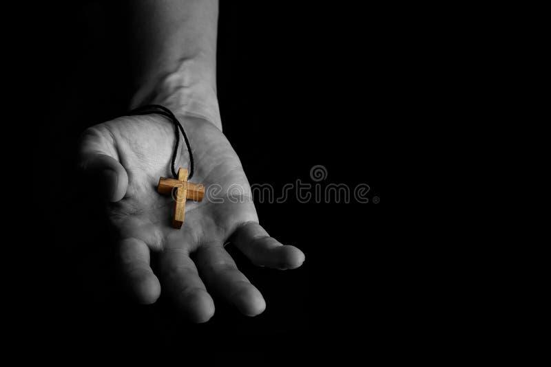Homem que dá o sinal de madeira simples da cruz Conceito do evangelismo Jesus Christ ao outro fotos de stock royalty free