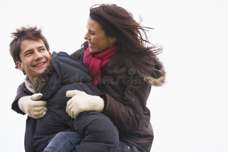 Homem que dá seu passeio do sobreposto da esposa foto de stock