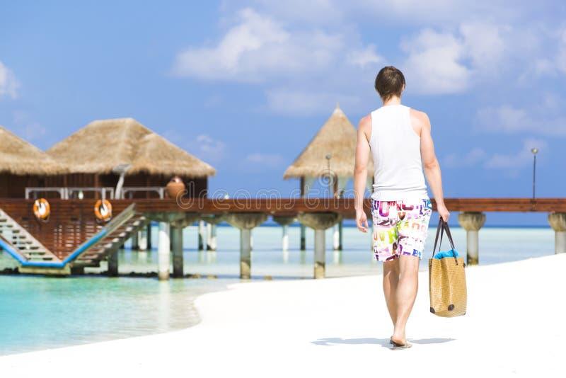 Homem que dá uma volta na praia em Maldivas imagens de stock royalty free