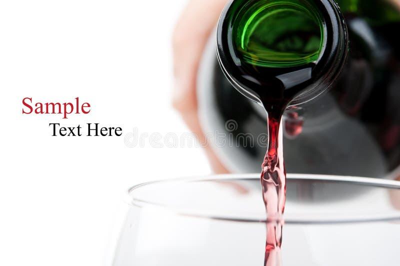 Homem que derrama o vinho vermelho fotografia de stock royalty free