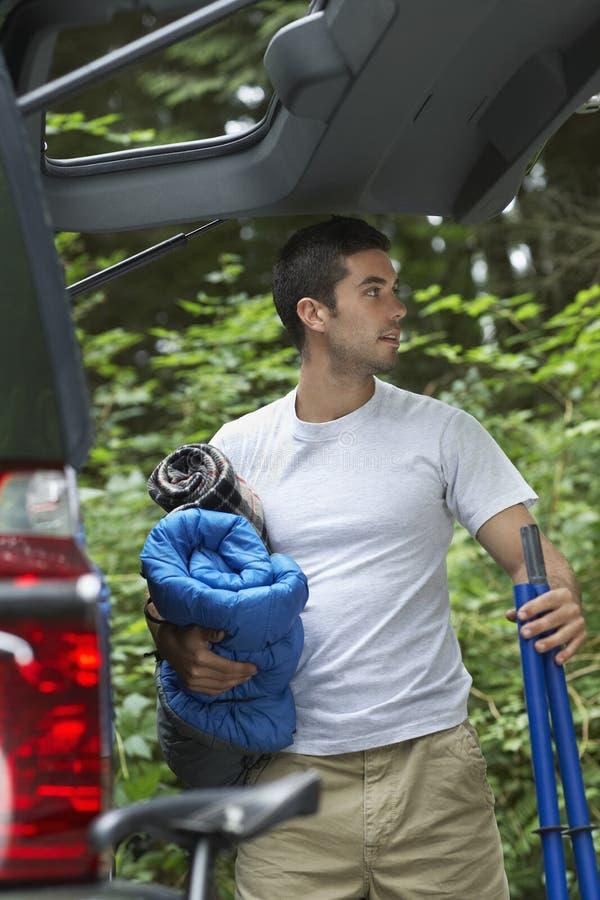 Homem que descarrega o carro na floresta fotos de stock