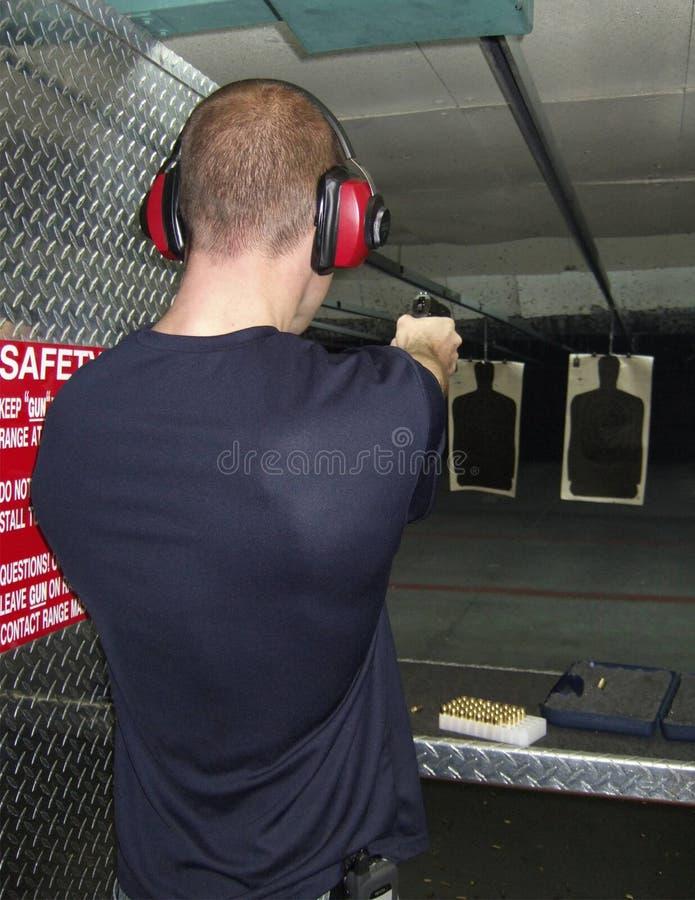Homem que dispara em um injetor imagens de stock