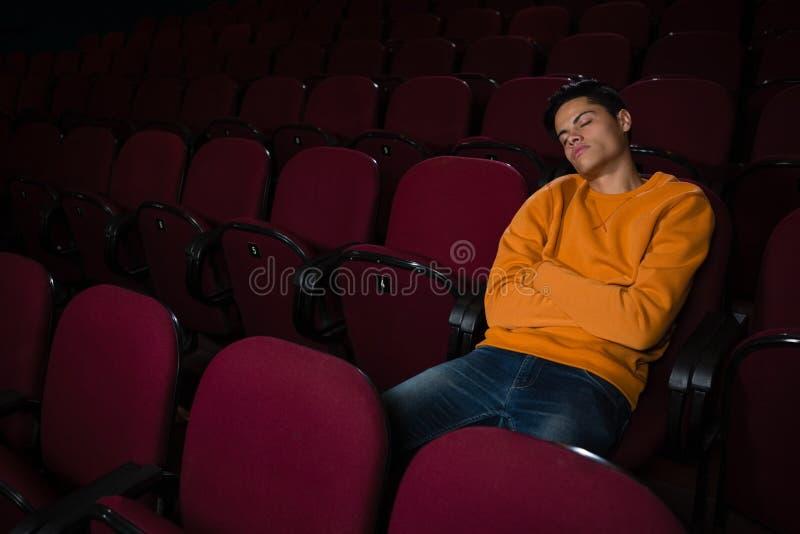 Homem que dorme no teatro de filme foto de stock