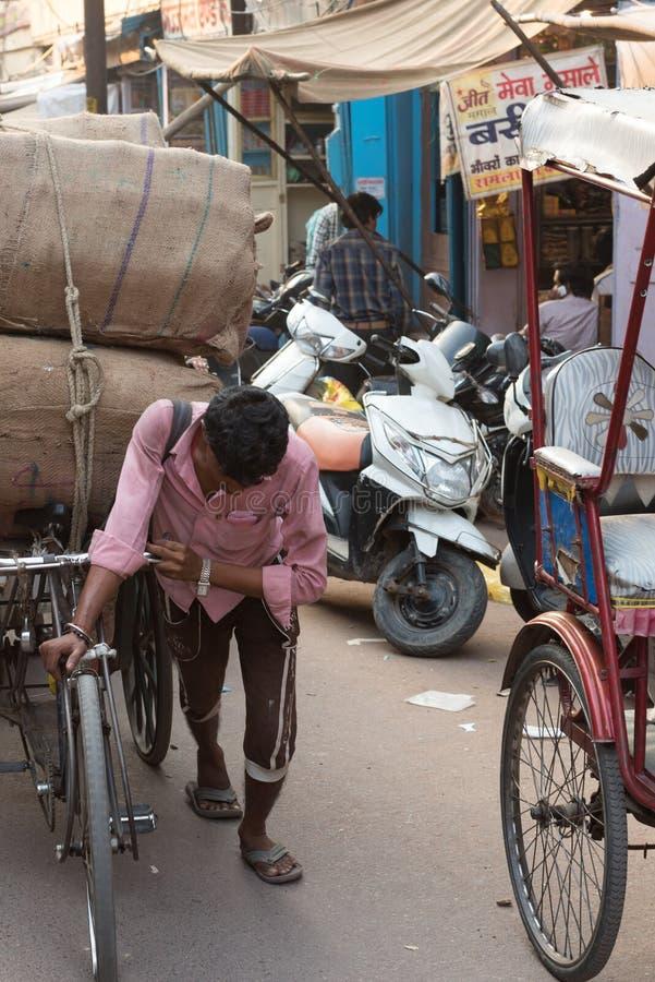 Homem que empurra o riquexó em Agra, Índia fotos de stock royalty free