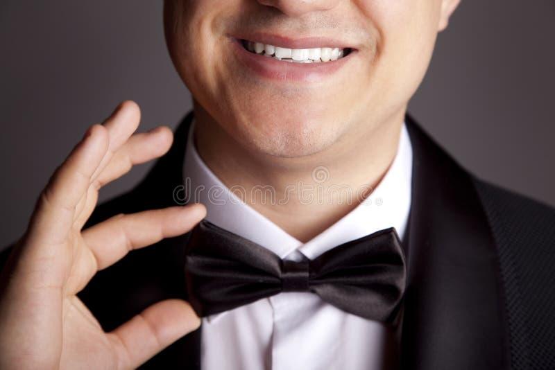 Homem que endireita seu tux. fotos de stock royalty free