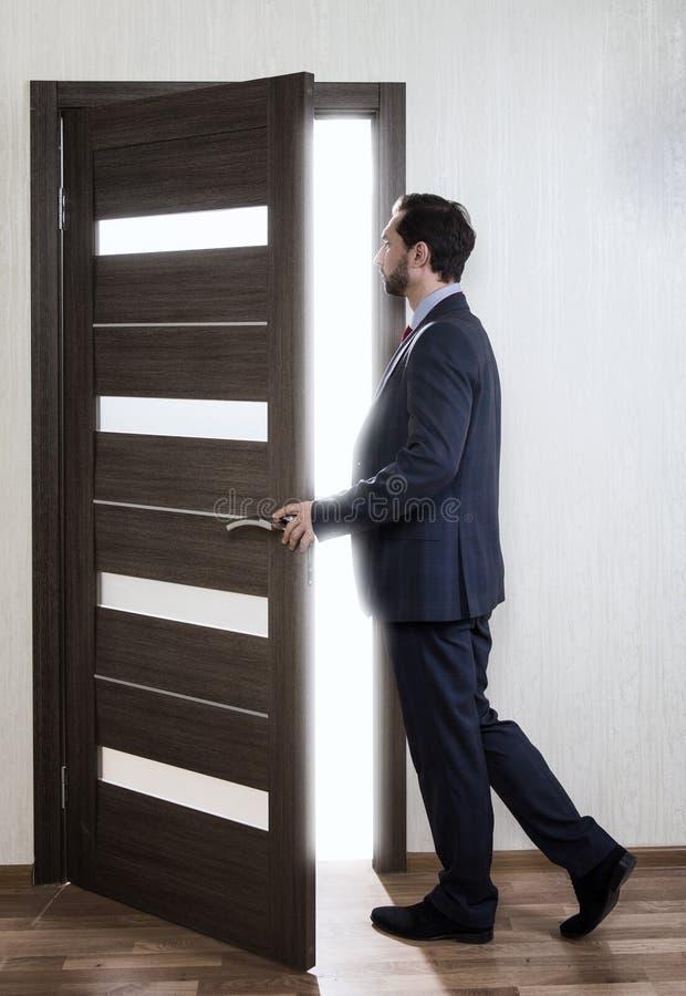 Homem que entra em uma porta imagens de stock royalty free