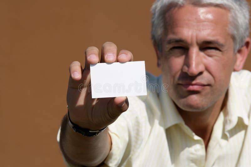 Homem que entrega o cartão em branco fotografia de stock royalty free