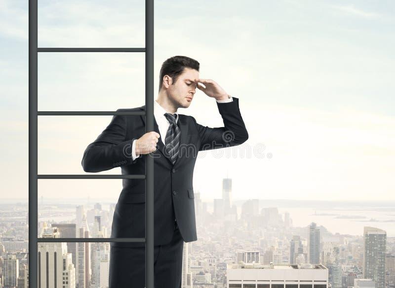 Homem que escala na escada imagem de stock royalty free