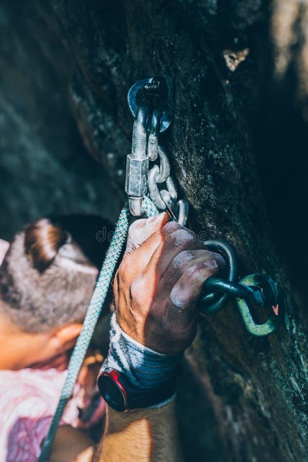 Homem que escala na rocha, close-up do montanhista da mão com a fita no pó do magnésio fotos de stock