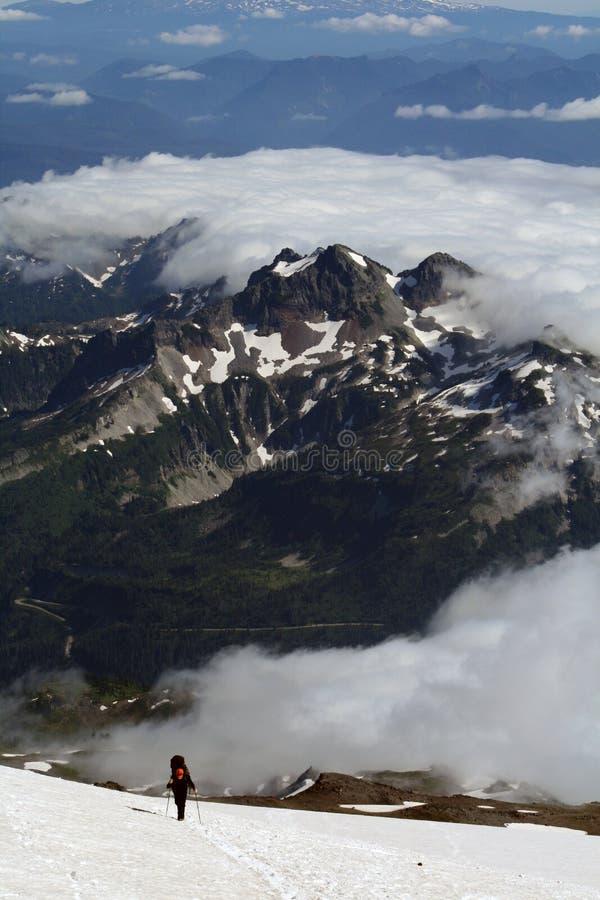 Homem que escala o Monte Rainier fotografia de stock