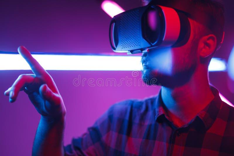 Homem que escolhe opções na realidade virtual fotos de stock