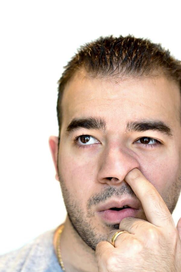 Homem que escolhe seu nariz fotos de stock royalty free