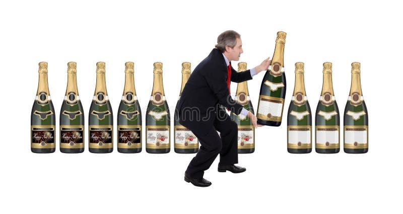 Homem que escolhe um frasco do champanhe fotografia de stock