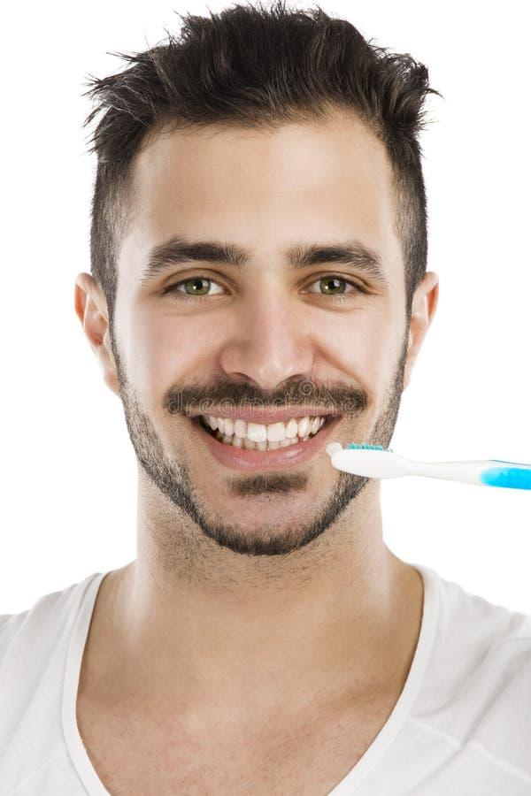 Homem que escova os dentes imagens de stock