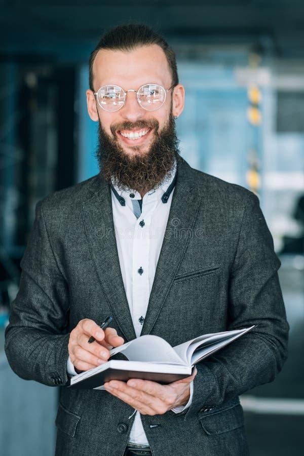Homem que escreve a análise de dados dos registros do caderno da informação fotografia de stock royalty free