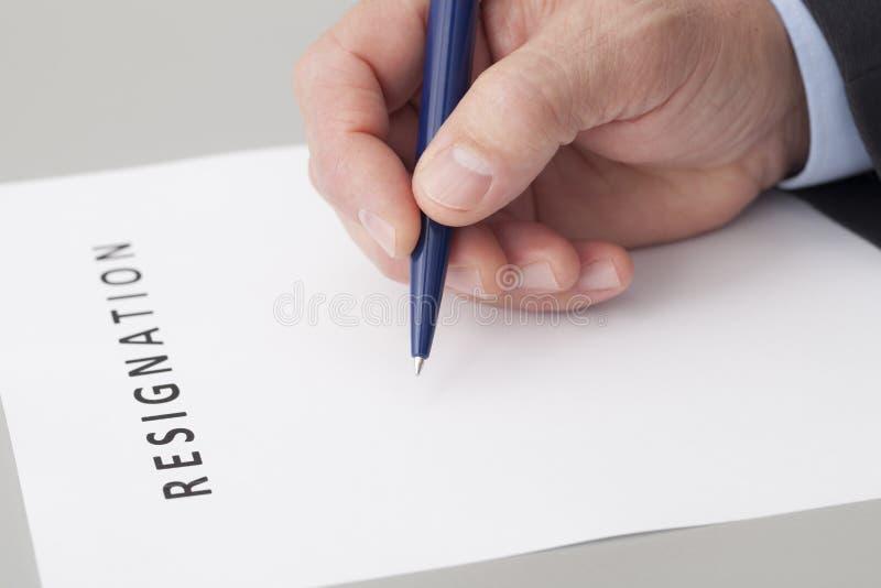 Homem que escreve uma letra da renúncia imagem de stock