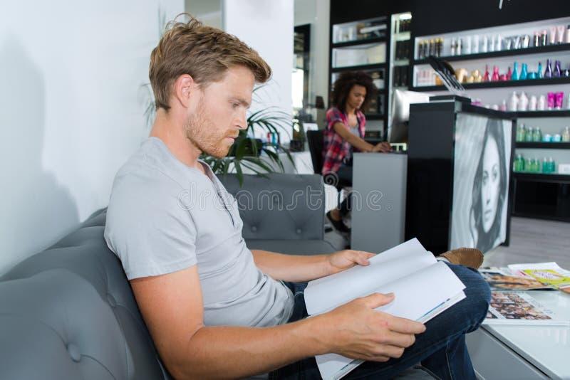 Homem que espera no salão de beleza foto de stock royalty free