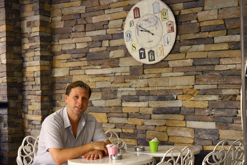 Homem que espera seu café da manhã no bar fotos de stock
