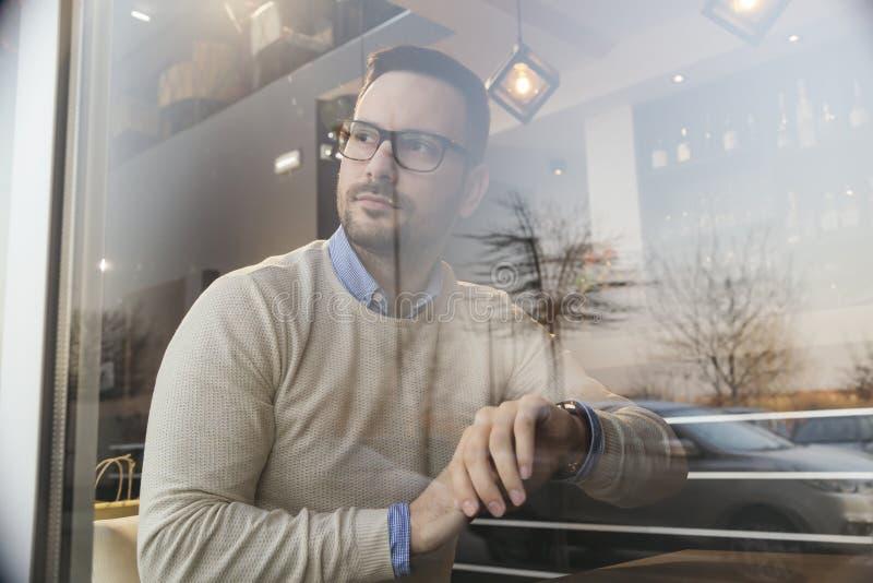Homem que espera uma reunião em um restaurnat imagem de stock