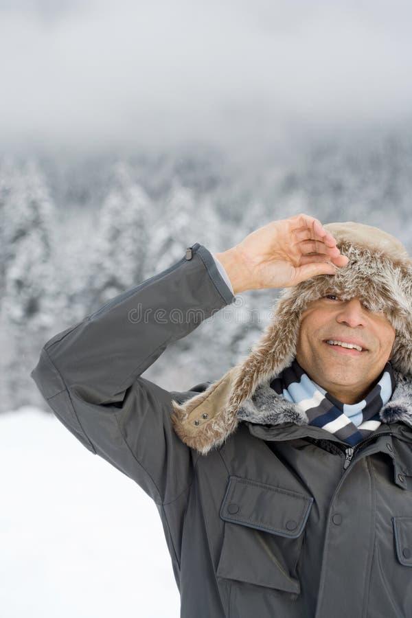 Homem que espreita através de um chapéu do deerstalker imagens de stock