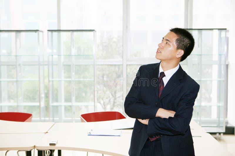 Homem que está no prédio de escritórios fotografia de stock royalty free
