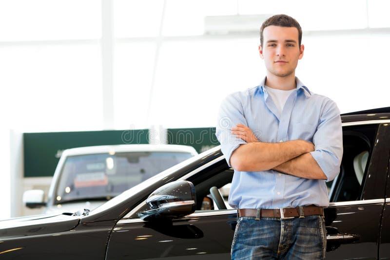 Homem que está perto de um carro fotografia de stock