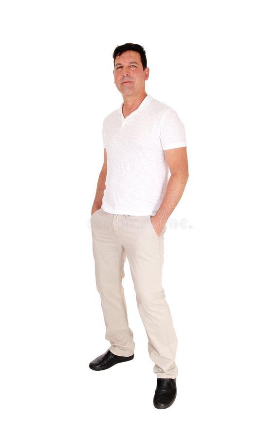 Homem que está relaxado na roupa ocasional imagem de stock royalty free