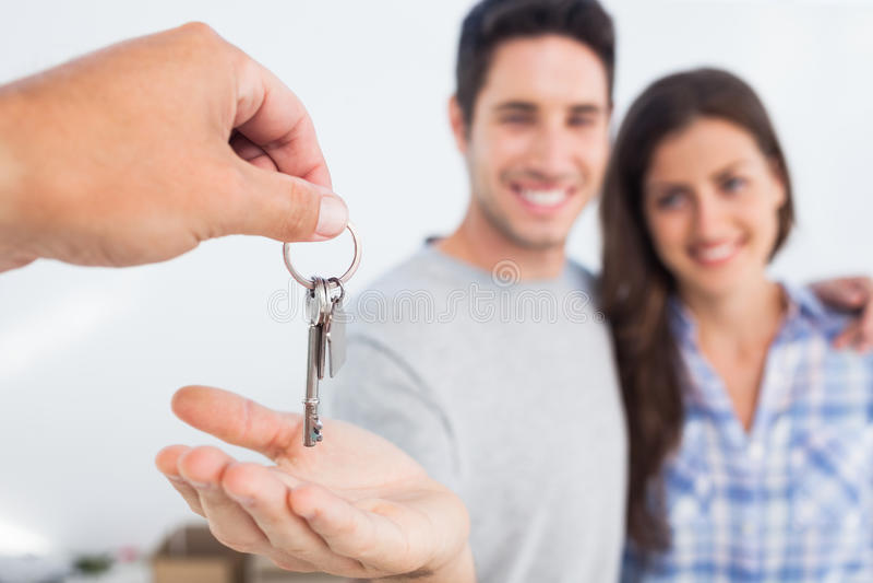Homem que está sendo dado uma chave da casa imagens de stock royalty free