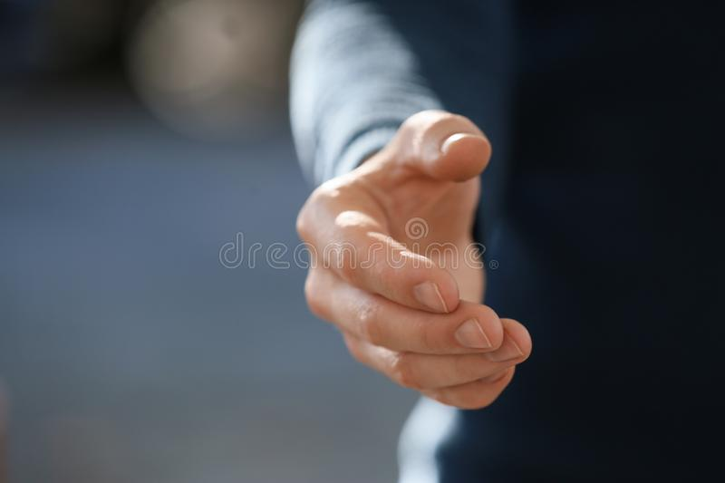 Homem que estica a mão para o aperto de mão fora, close up fotografia de stock royalty free
