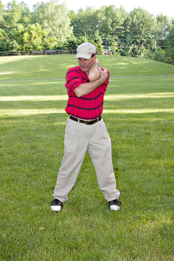 Homem que estica o golfe fotos de stock royalty free