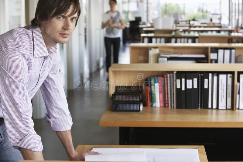 Homem que estuda o modelo no escritório imagem de stock royalty free