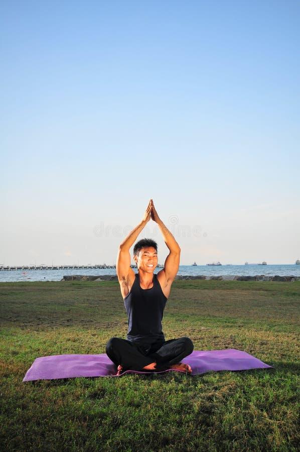 Homem que executa a ioga 4 imagens de stock