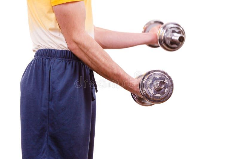 Homem que exercita com levantar peso dos pesos imagens de stock
