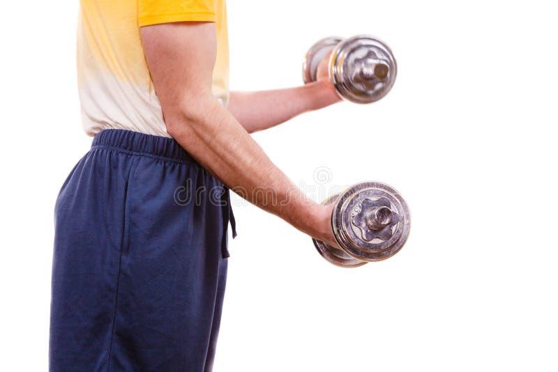 Homem que exercita com levantar peso dos pesos fotos de stock