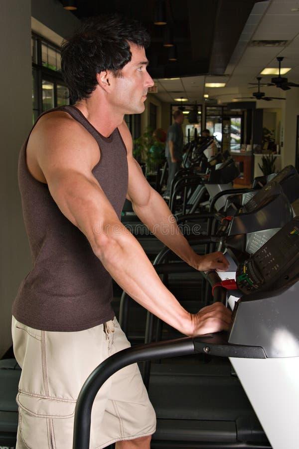 Homem que exercita na escada rolante imagem de stock royalty free