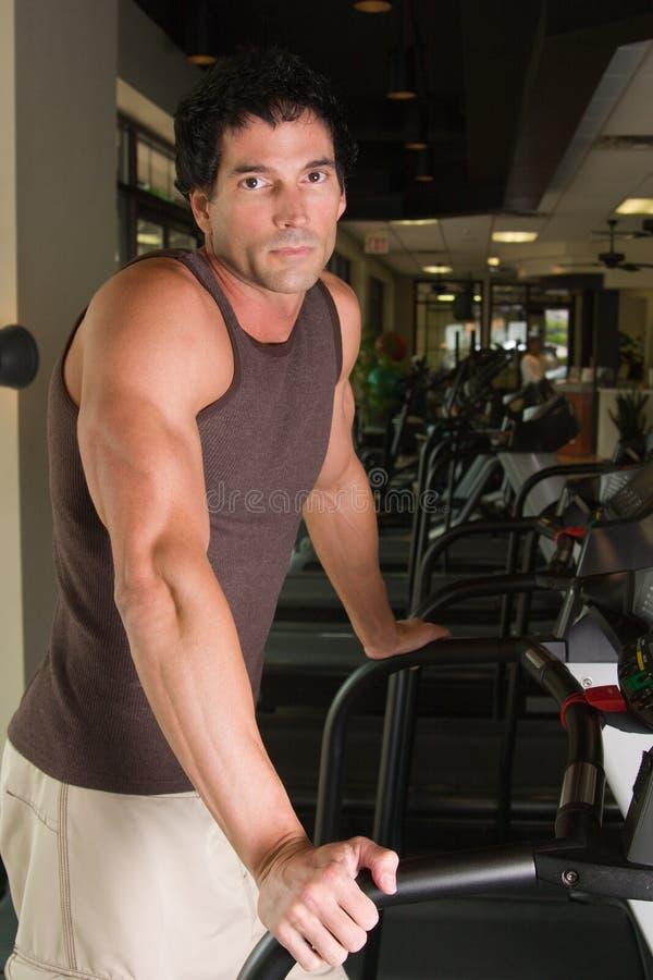 Homem que exercita na escada rolante 5 fotografia de stock