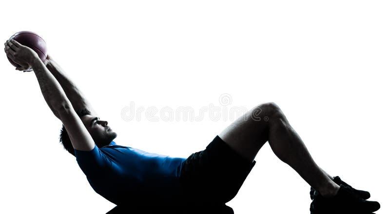 Homem que exercita o exercício que guarda a bola da aptidão fotografia de stock