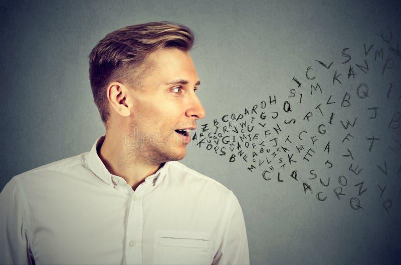 Homem que fala com as letras do alfabeto que saem da boca foto de stock royalty free