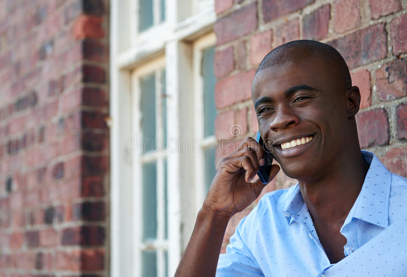 Homem que fala no telefone imagens de stock