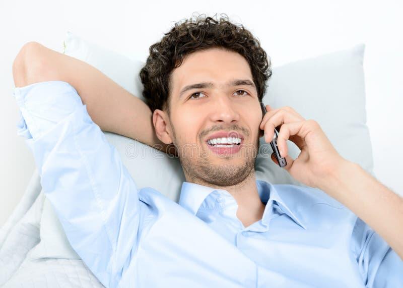 Homem que fala no telefone móvel imagens de stock royalty free