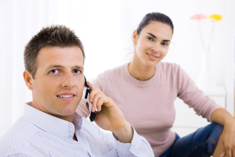 Homem que fala no telefone móvel fotografia de stock