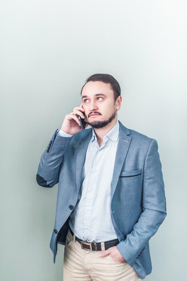 Homem que fala no telefone Negociações do homem de negócios imagens de stock royalty free