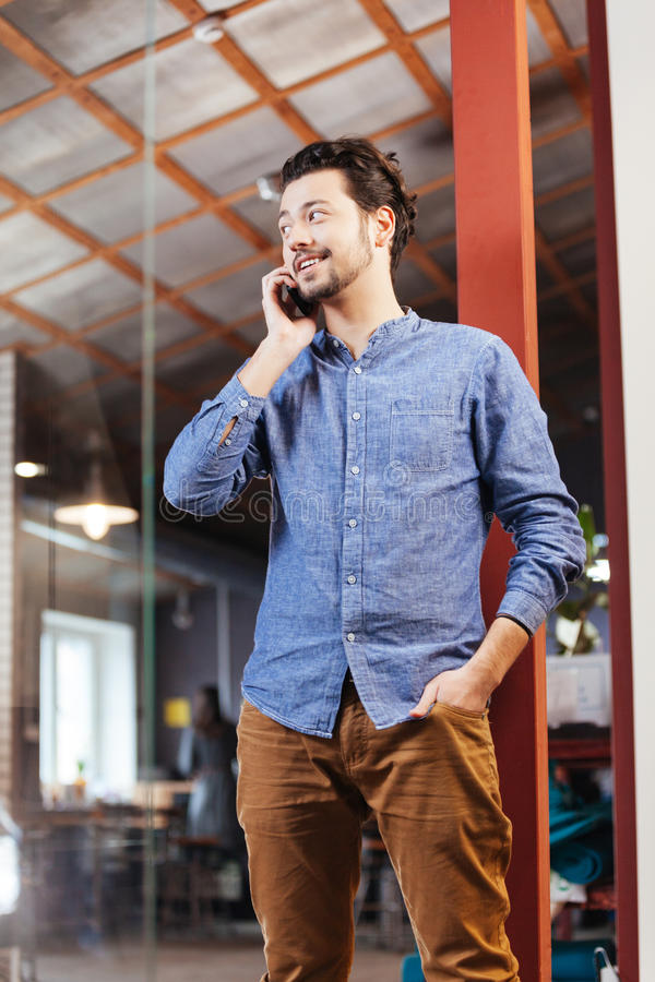 Homem que fala no telefone no escritório fotografia de stock royalty free