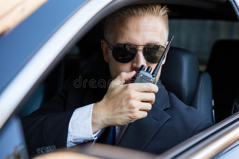 Homem que fala no Walkietalkie imagem de stock