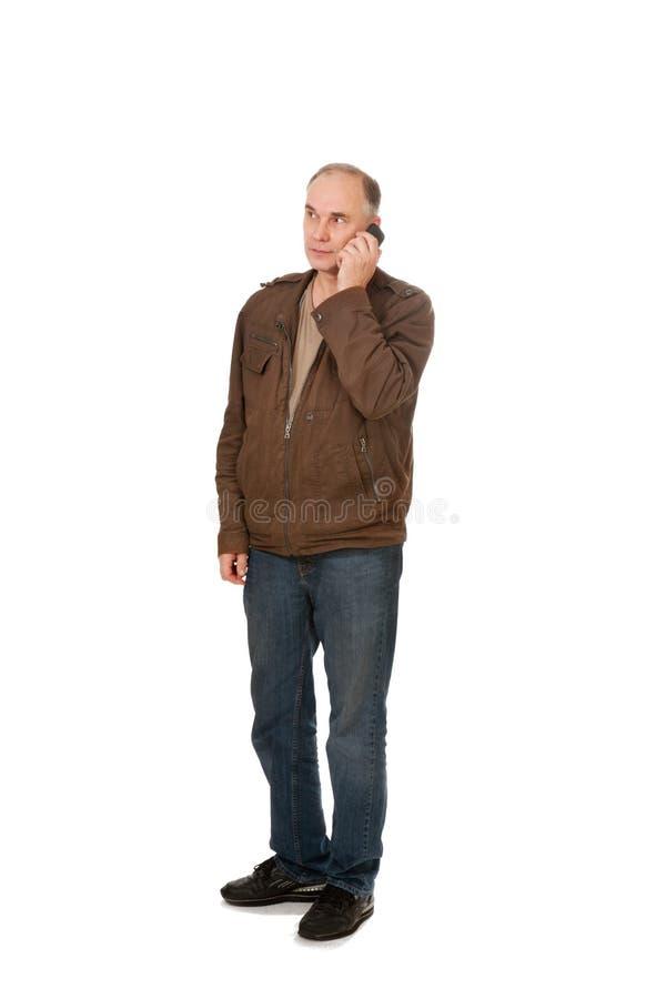Homem que fala pelo telefone