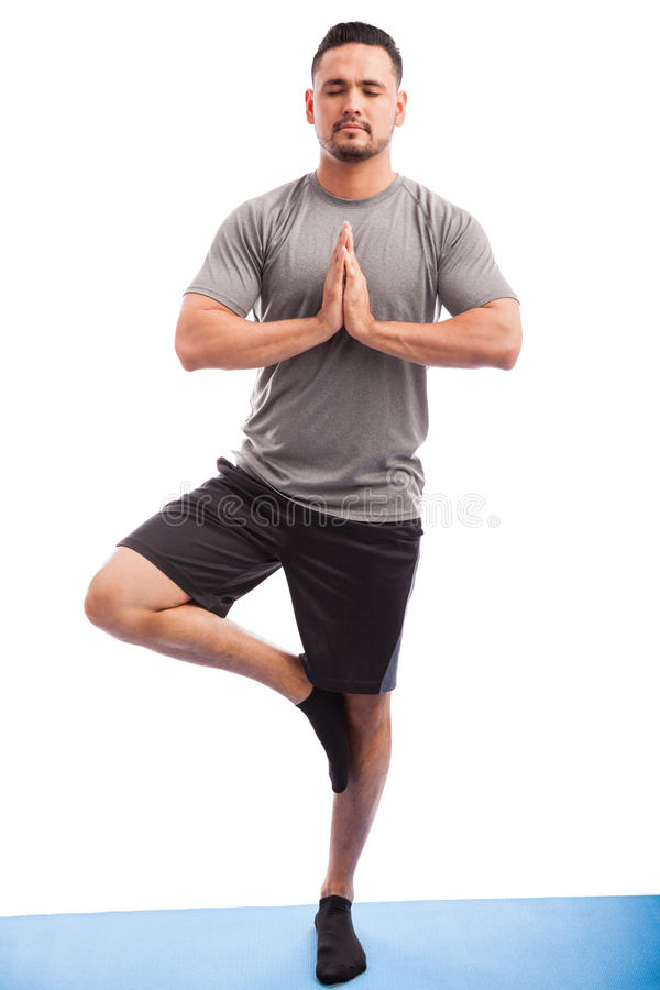Homem que faz alguma ioga em um estúdio imagem de stock royalty free